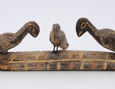 Tronco com três pássaros